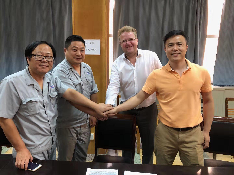 Kuvassa vasemmalta: Li Fei (apulaisjohtaja, hankintaosasto, Jinling Shipyard), Deng Yi (hankintapäällikkö, Jinling Shipyard), John Weierud (johtaja, laiva-automaatio, Valmet) jaCurry Qian (Kiinan laiva-automaatioliiketoiminnan myyntipäällikkö, Valmet)