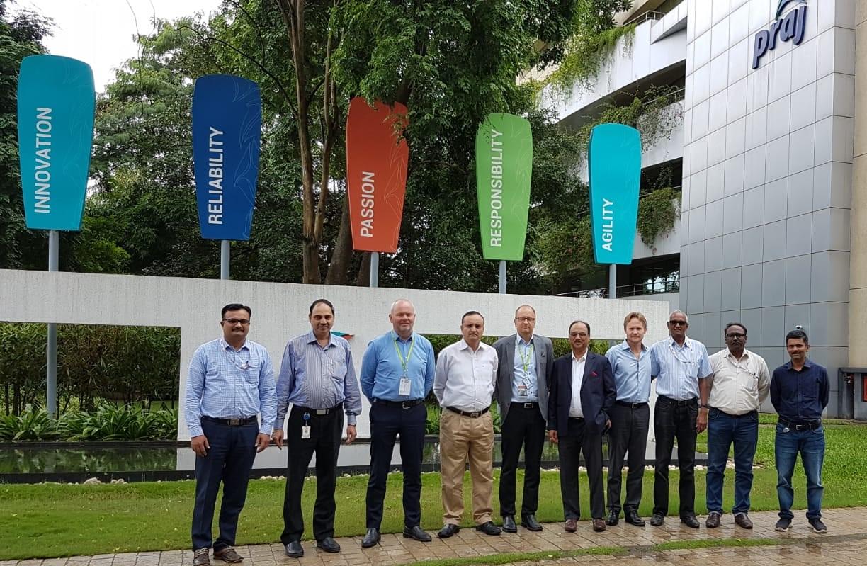 PRAJ:n ja Valmetin tiimi PRAJ:n toimipisteellä Punessa, Intiassa