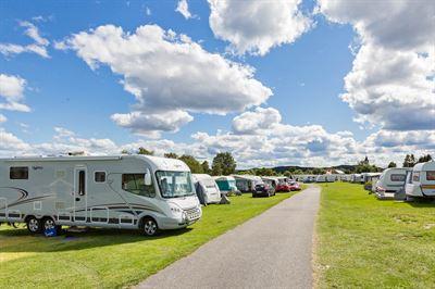 Husbil och husvagn på camping