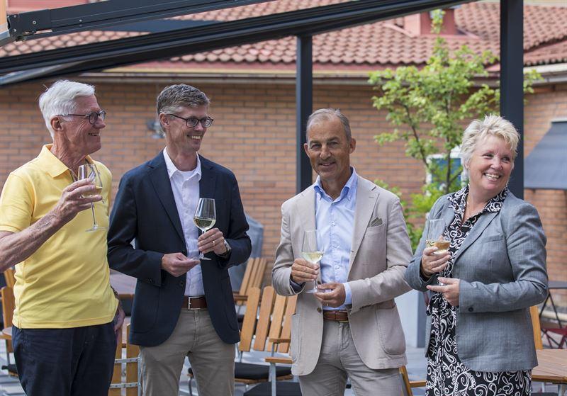 Kparna Husherrens Leif Carlsson och Magnus Carlsson sklar med sljarna Sparbanken Rekarnes Anders Lundkvist och Annika Helg i alkoholfri bubbel