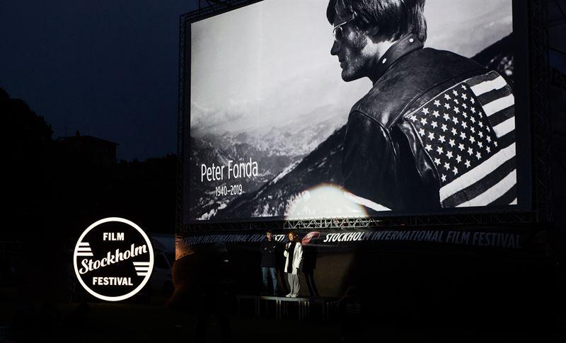 Peter Fonda hedrades med en tyst minut under lrdagens Sommarbio