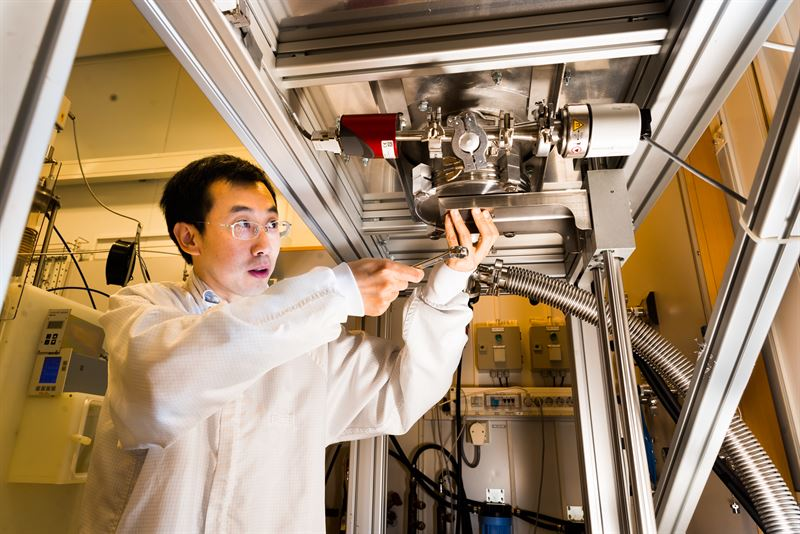 Jianwu Sun vid reaktorn dr forskarna framstller kubiskt kiselkarbid