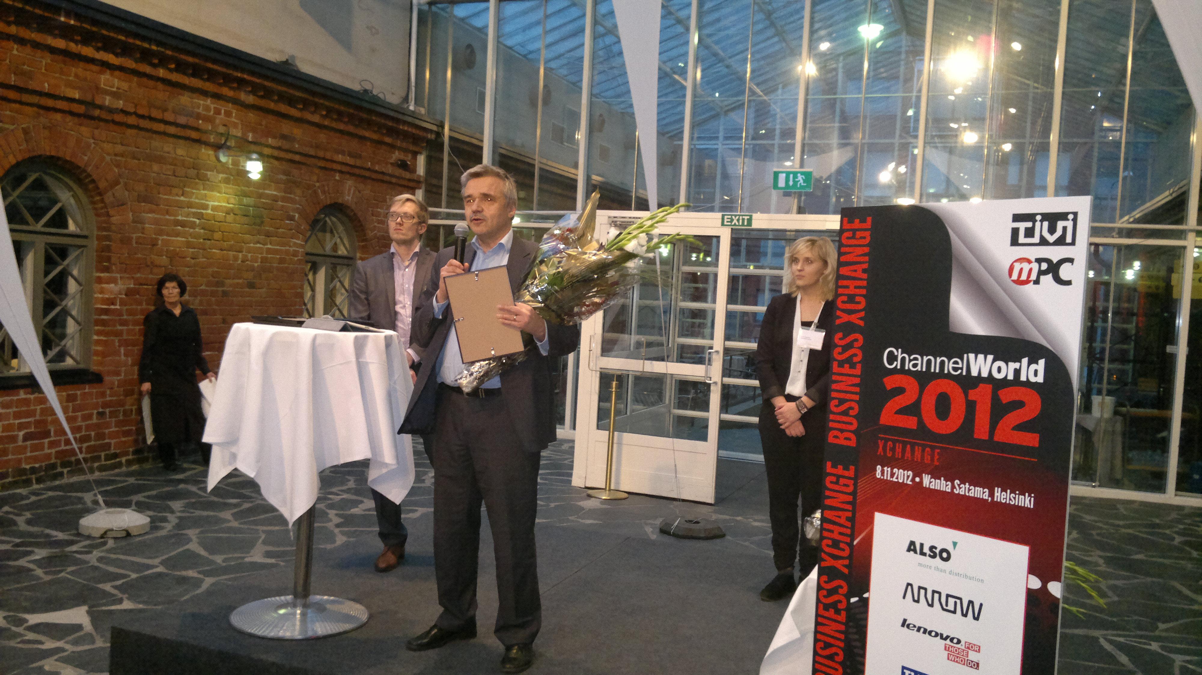Osmo Laita receives the award