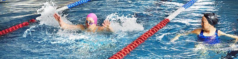Bild p person som frsker simma fjrilsim