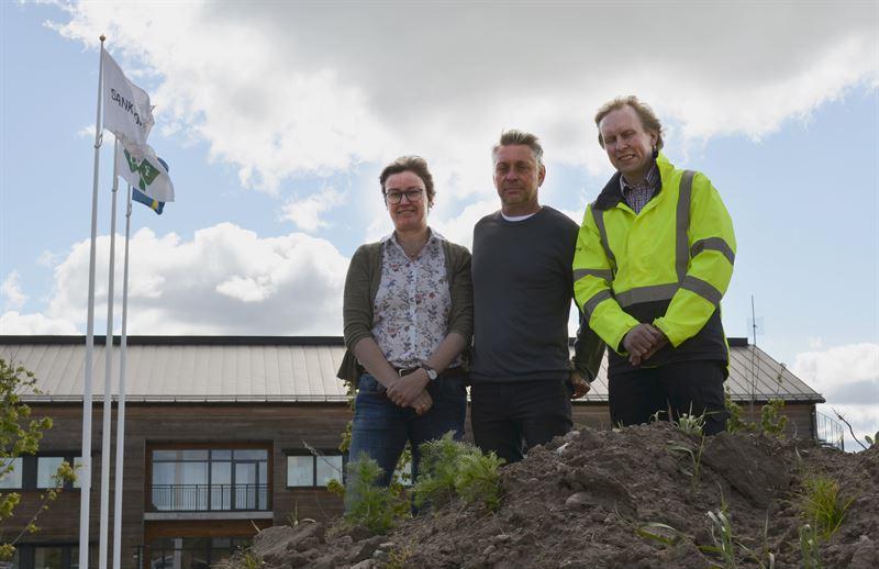 Tom Carlsson tillsammans med vd fr Vreta Kluster Helene Oscarsson och byggprojektledare Niklas Hallkvist