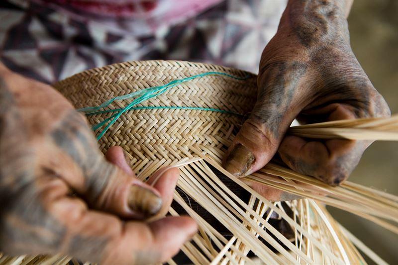 Mnga deltar i rottingarbetet i byn Long Tuyo p Borneo