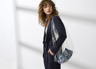 Lookbook Lindex pro sezónu jaro   léto 18 charakterizuje čistý výraz a  námořní inspirace v kombinaci s francouzskou ženskostí. Kolekce je založena  na módní ... 9584c8993a5