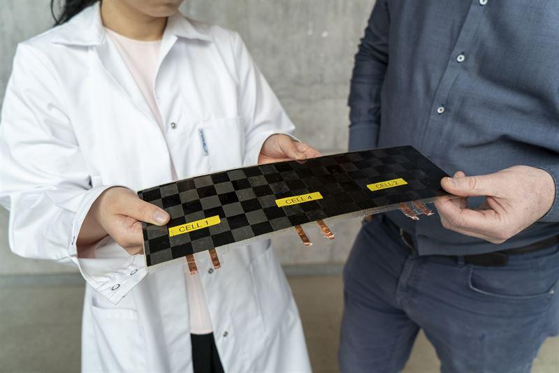 Tre strukturella batterier har kopplats i serie och laminerats in som en del i ett strre kompositlaminat Varje strukturell battericell har en nominell spnning p 28 V Laminatet har en total spnning p 84 V och en styvhet i planet p drygt 28 GPa