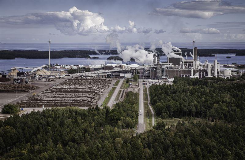 Södras massabruk i Mönsterås. / Södra's pulp mill in Mönsterås.