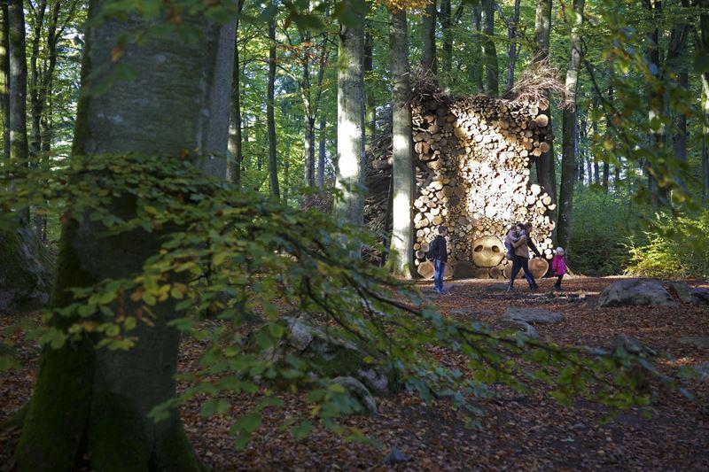 Beskare i skulpturparken Wans Konst vid Hannelie Coetzees verk Ou sog tussen bomeGamla suggan mellan trden 2015 Foto Mattias Givell