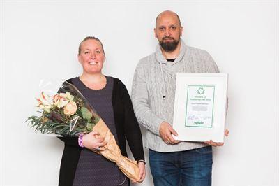 Jenny Sylvén och Tony Blomberg med Ungstöds kvalitetspris.