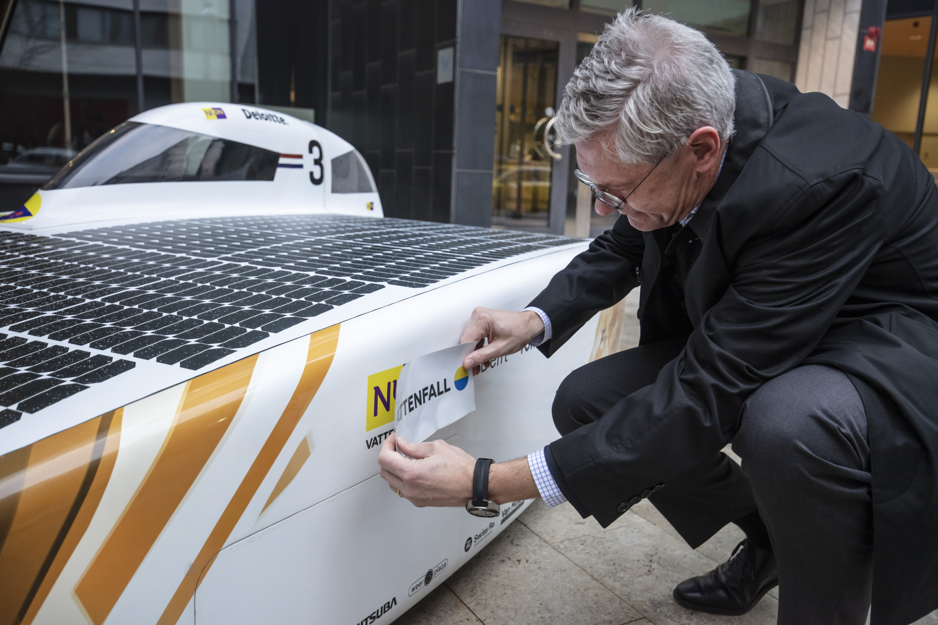 Magnus Hall sätter dekal på solbilen