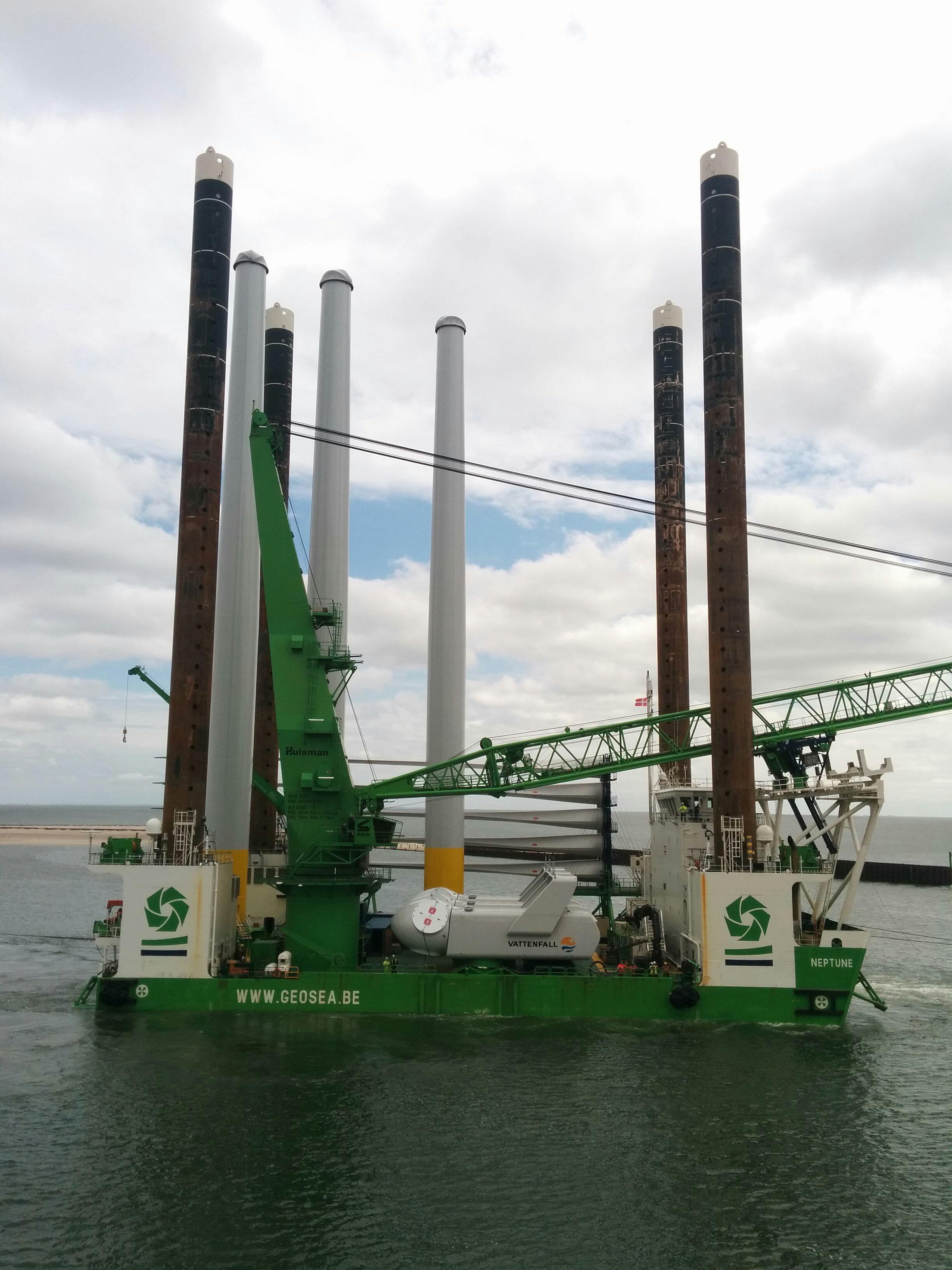 Fartyget som fraktar och installerar de 15, drygt 70 meter höga tornen.
