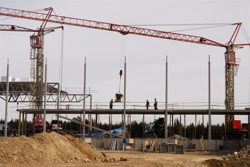 Tv tredjedelar av de utstationerade jobbar i byggsektorn och frklaringen till kningen r troligen den starka byggkonjunkturen