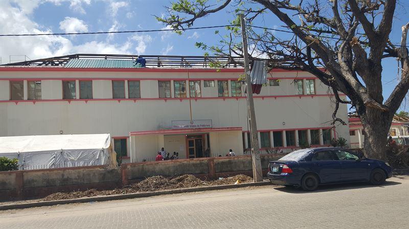 Trots avsaknad av bde tak och fnster r det cyklondrabbade sjukhuset i staden Beira igng Patienter behandlas under bar himmel
