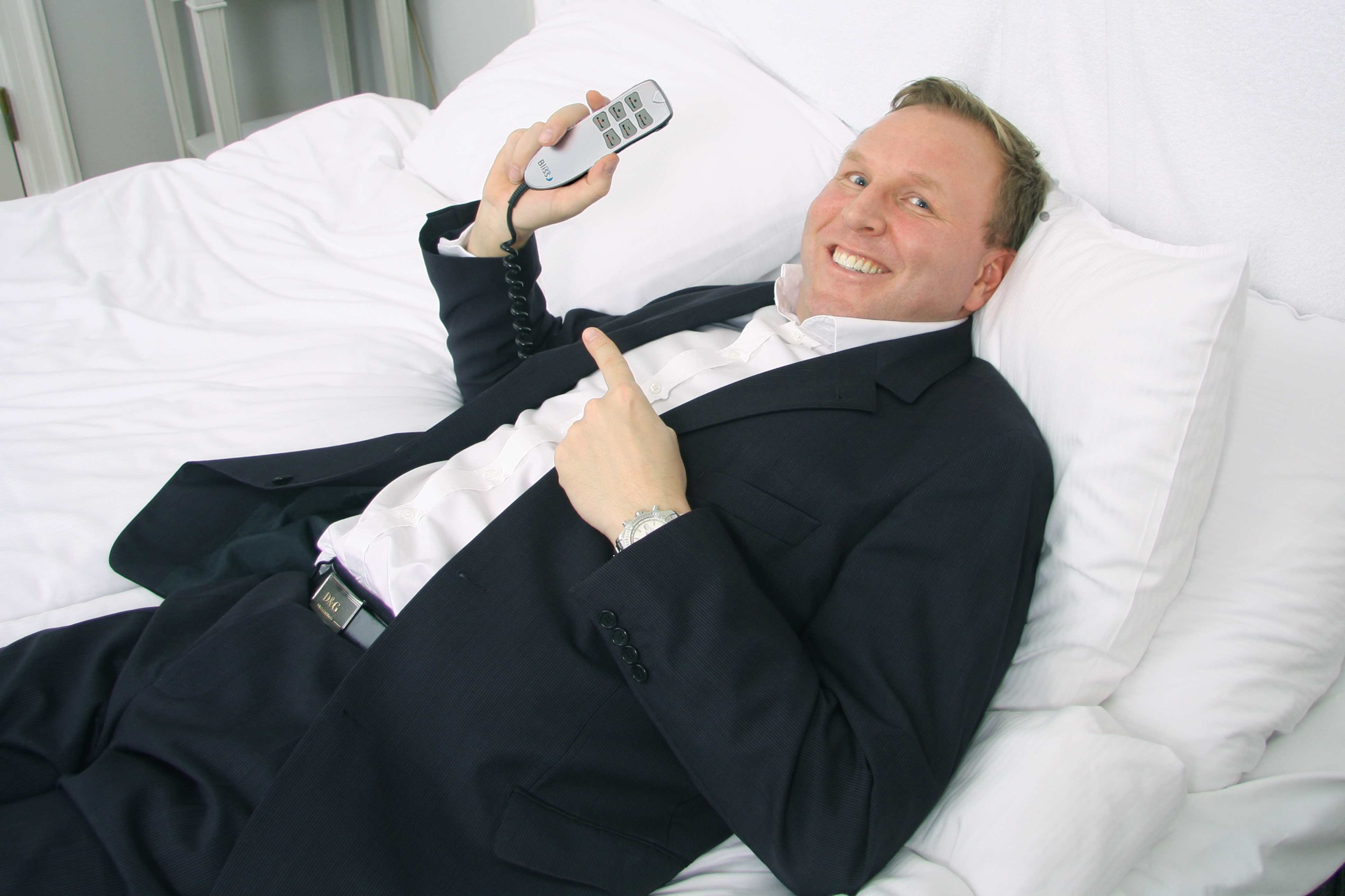 Mattias Sörensen, VD för Bliss Nordic, visar hur sängen Bliss enkelt justeras enligt hotellgästens personliga önskemål med hjälp av fjärrkontroll.