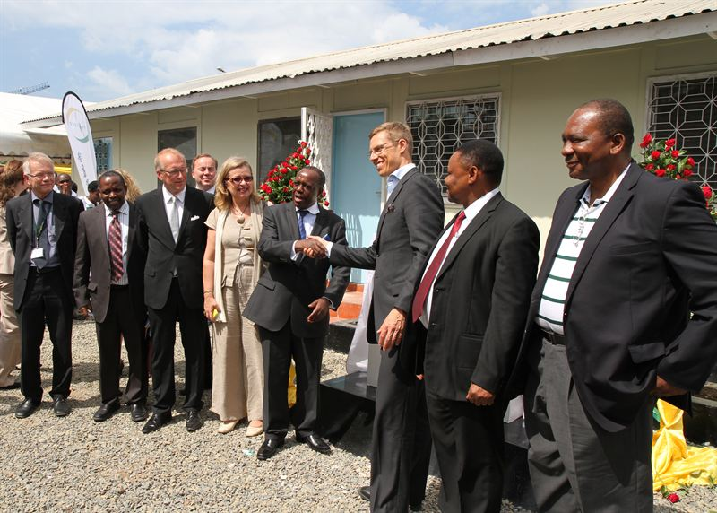 Ministers Muhongo and Stubb celebrate Eltel project in Tanzania.